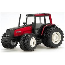 Valtra traktorius su sudvigubintais ratais MEGA
